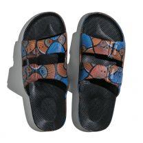 Waterbestendige, milieuvriendelijke Freedom Moses Kenya Black slippers zwart met print