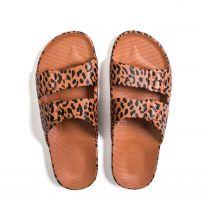 Waterbestendige en milieuvriendelijke Freedom Moses slippers Toffee Leopard, toffee-bruin met zwart, verkrijgbaar in maat 24/25 t/m 42/43.