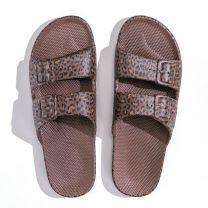 Waterbestendige, milieuvriendelijke Freedom Moses Wildcat Choco slippers, donkerbruin met luipaard print voor dames en meisjes